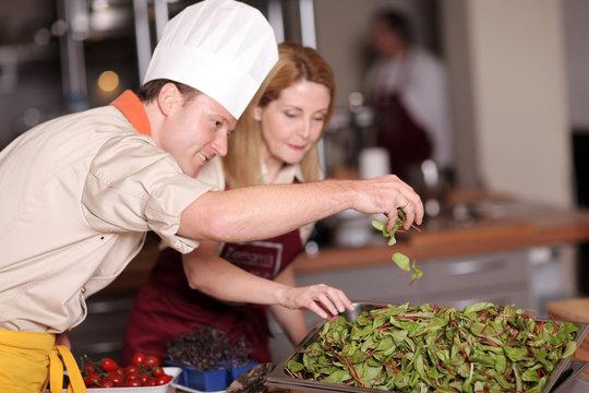 Koch mit Salat
