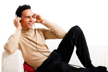 junger Mann beim Musik hören