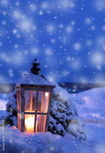 alte grosse laterne mit kerzenlicht im schnee stockfotos und lizenzfreie bilder auf fotolia. Black Bedroom Furniture Sets. Home Design Ideas