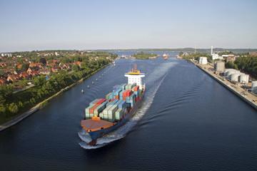 Schiffe auf dem Nord-Ostsee-Kanal bei Holtenau, Kiel
