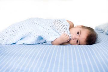 neonato sdraito nel letto