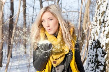 blonder schneeengel winterwald