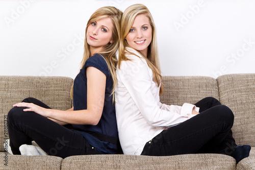 zwei frauen sitzen r cken an r cken stockfotos und lizenzfreie bilder auf bild. Black Bedroom Furniture Sets. Home Design Ideas