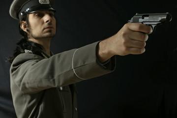 Offizier mit Makarow Pistole