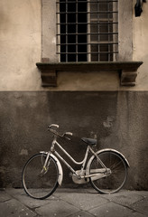 Fotomurales - Italian old-style bicyle in Lucca, Tuscany