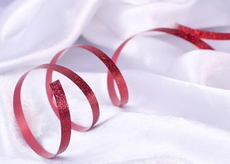 ruban rouge sur satin blanc