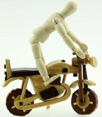 Papier Peint - pantin articulé sur moto artisanale bois malgache