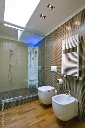 Doccia in muratura con porta in vetro in bagno moderno for Box doccia in muratura foto