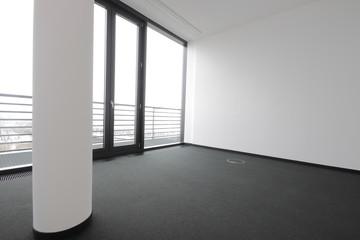 Büroraum mit Teppichboden ohn Möbel