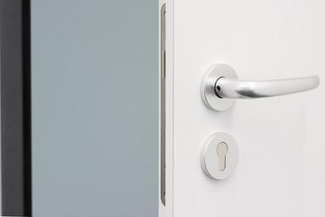 offene weiße Holz-Tür