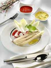 assortiment de légumes crus à tremper dans les sauces