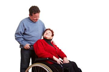 Älterer Mann pflegt gehbinderte Frau