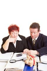 Rentner rechnen Steuererklärung aus