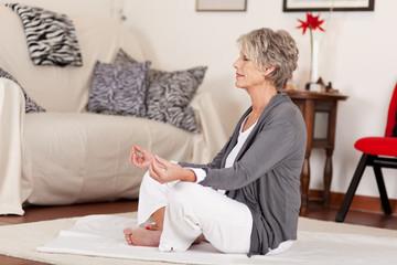 ältere frau entspannt mit yoga