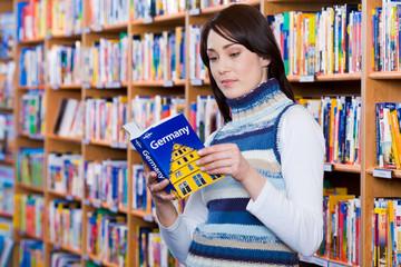Frau liest in Reiseführer