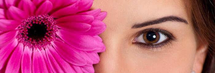 Frauengesicht mit Blume vor Auge
