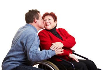 Mann küsst seine behinderte Ehefrau