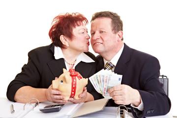 Senioren mit Geldscheinen und Sparschwein