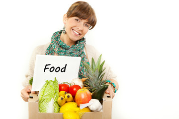 frau wirbt für guten einkauf obst gemüse