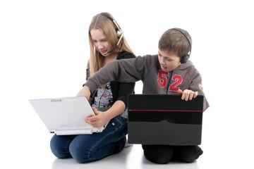 Дети в наушниках с ноутбуками