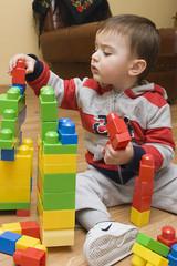 Niño jugando con piezas de construcción.