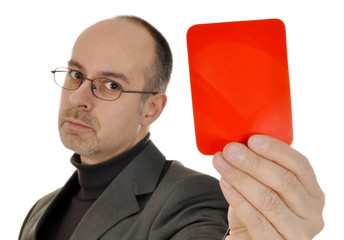 Mann zeigt Rote Karte