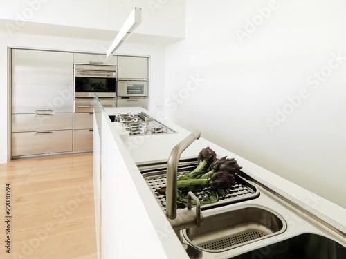 Carciofi sul piano di acciaio di una moderna cucina for Cucina moderna abbonamento