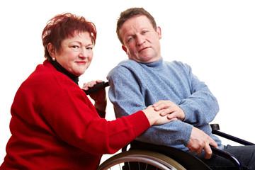 Älteres Ehepaar mit Mann im Rollstuhl