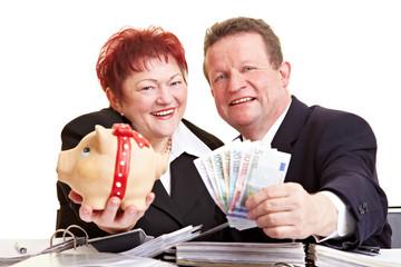 Senioren bieten Geld und Sparschwein an