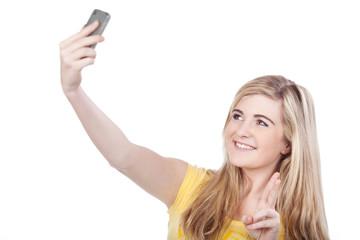 teenager fotografiert sich mit handy