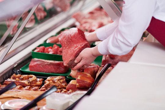 verkäuferin mit frischem fleisch