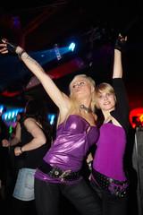 Partygirls feiern in Disco