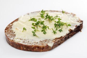 Vollkornbrot mit Butter und Kresse