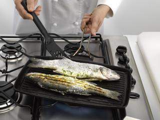 faire griller le loup de mer - grilling fish
