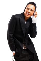 junger lächelnder Mann mit Kopfhörern