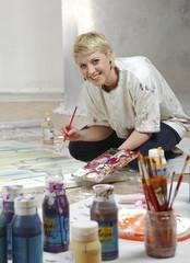 Junge Frau malt ein Bild