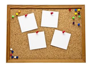 Pinnwand mit vier Blanko Zettel