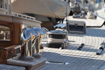 pont d'un voilier de luxe, cordes et winch