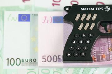 Рукоятка пистолета калькулятора и много евро