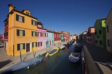 Burano, tipiche case vivacemente colorate