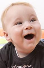 Niño con la boca abierta