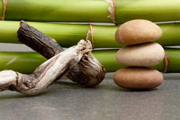 steine treibholz und bambus