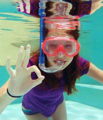 Jeune femme nageant sous l'eau