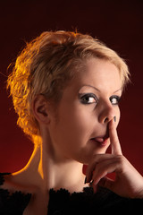 Frau bohrt in der Nase