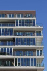 Glasfassade einer Wohnimmobilie
