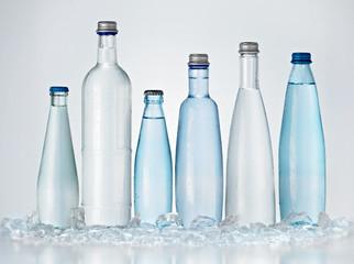 Mineralwasserflaschen mit Eis