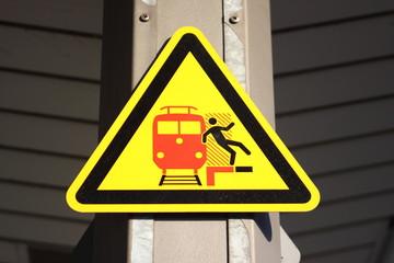 Eisenbahn Warnschild am Bahnsteig