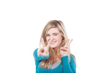 schülerin zeigt peace-zeichen