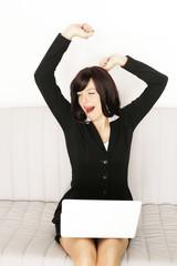 Frau zuhause online müde