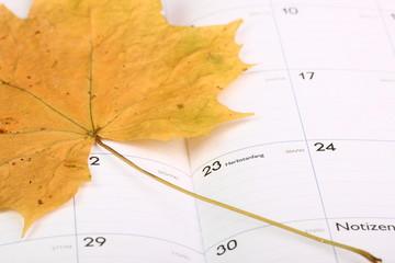 Herbstanfang Kalender mit Ahornblatt